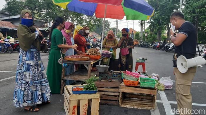 Memutus mata rantai penyebaran COVID-19, salah satu pasar di Surabaya menerapkan physical distancing dan sosial distancing. Seperti apa?