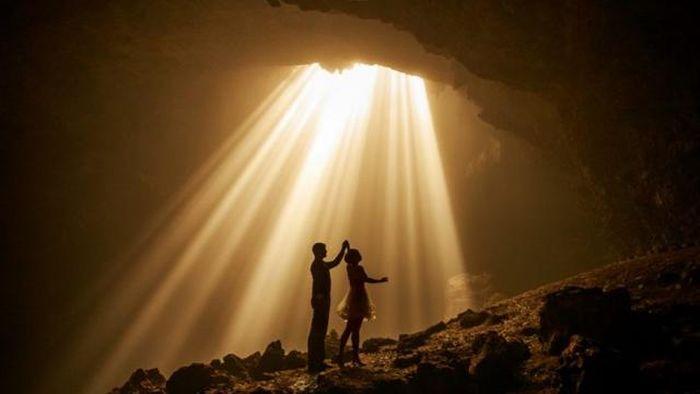 Gua Jomblang yang ada di Gunung Kidul, Yogyakarta terkenal dengan keindahan cahaya sucinya. Namun dibalik itu, gua ini memiliki sejarah yang kelam.