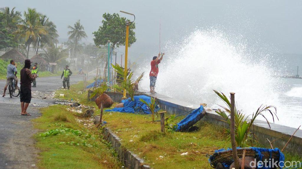 Penampakan Gelombang Tinggi Terjang Pantai Pangandaran
