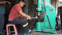 Perajin Cangkul di Klaten Bertahan di Tengah Persaingan Produk Impor