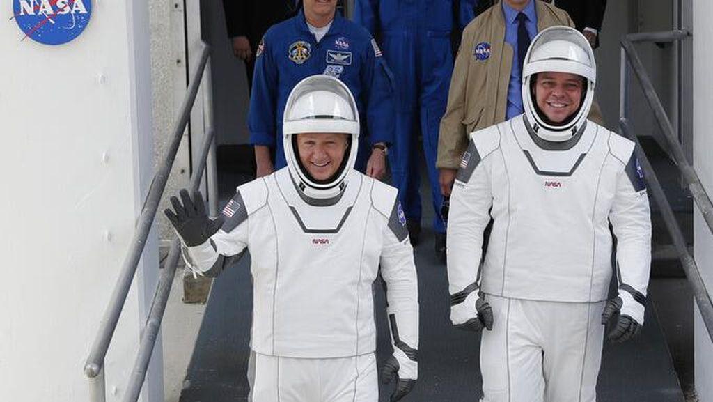 Melihat Canggihnya Baju Astronaut Buatan SpaceX