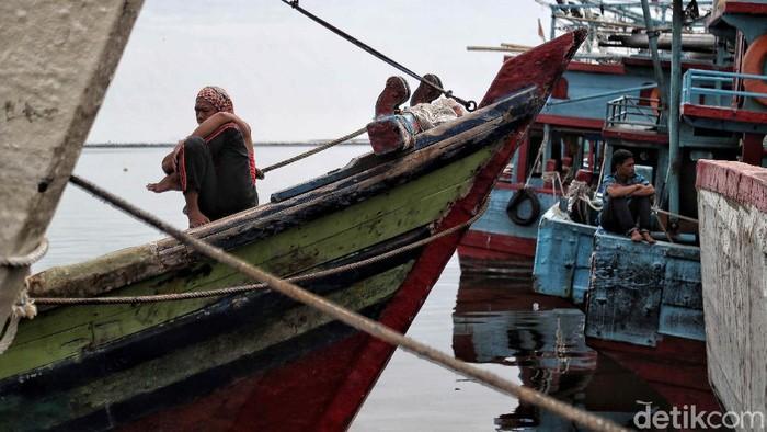 Nelayan di pantai utara Jakarta masih melaut di tengah pandemi COVID-19. Namun penjualan ikan hasil tangkapan menurun akibat pandemi tersebut.