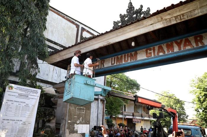 Rencana revitalisasi Pasar Umum di Gianyar, Bali tetap dijalankan dengan memasuki tahap pembongkaran dengan tetap menerapkan protokol COVID-19. Ini penampakannya.