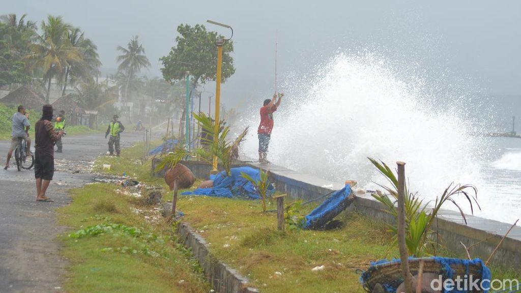 Gelombang Tinggi Terjadi di Pangandaran, Nelayan Diimbau Tak Melaut
