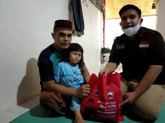 Sebanyak 500 paket lebaran khusus untuk warga terdampak Coronavirus Disease 2019 (COVID-19) di kelompok keagamaan, dibagikan PDIP Sumbar, Penyaluran bantuan ini melalui kader PDIP yang bergiat di sayap partai, Baitul Muslimin Indonesia (Bamusi) Sumbar.