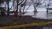 Nekat! Warga Terobos Garis Polisi Demi Nonton Gelombang Tinggi Pantai