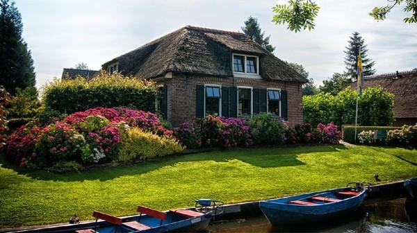 Giethoorn merupakan desa bergaya klasik yang disebut juga sebagai Venesia dari Belanda. Desa ini tak ubahnya dengan sebuah desa dari cerita dongeng klasik Hans Anderson(Giethoorn Tourism)