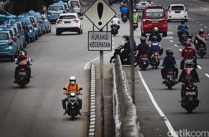 Sejumlah pengendara motor nekat lawan arah di kawasan Tanjung Barat, Jakarta. Tak sedikit pemotor yang nekat lawan arah demi persingkat waktu tempuh perjalanan.
