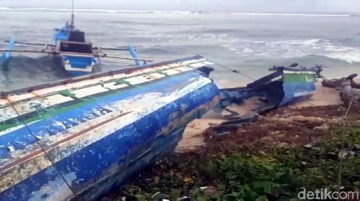 Gelombang pasang yang terjadi satu pekan terakhir membuat ribuan nelayan di Sukabumi terpaksa tak melaut.