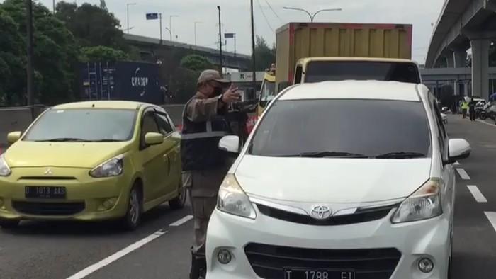 Petugas gabungan terus memperketat penjagaan kendaraan saat arus balik di Tol Jakarta-Cikampek (Japek). Bagi pengendara atau pemudik yang kedapatan tak memiliki surat izin keluar masuk (SIKM), mereka akan dipaksa putar balik di Km 47 menuju exit tol Karawang Barat.