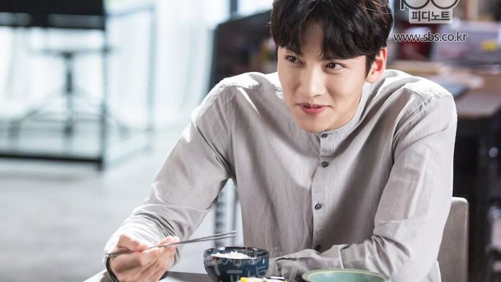Ji Chang Wook, Si Tampan Pemeran Backstreet Rookie Saat Kulineran