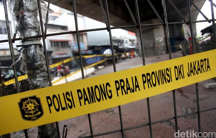 Kawasan Pasar Pagi Asemka, Jakbar, tampak dijaga oleh Satpol PP. Sebelumnya Satpol PP menertibkan lapak PKL di kawasan itu guna mencegah penyebaran COVID-19.