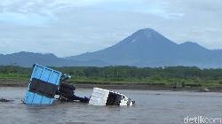 Dua Truk Penambang Pasir Terseret Banjir Lahar Hujan Gunung Semeru