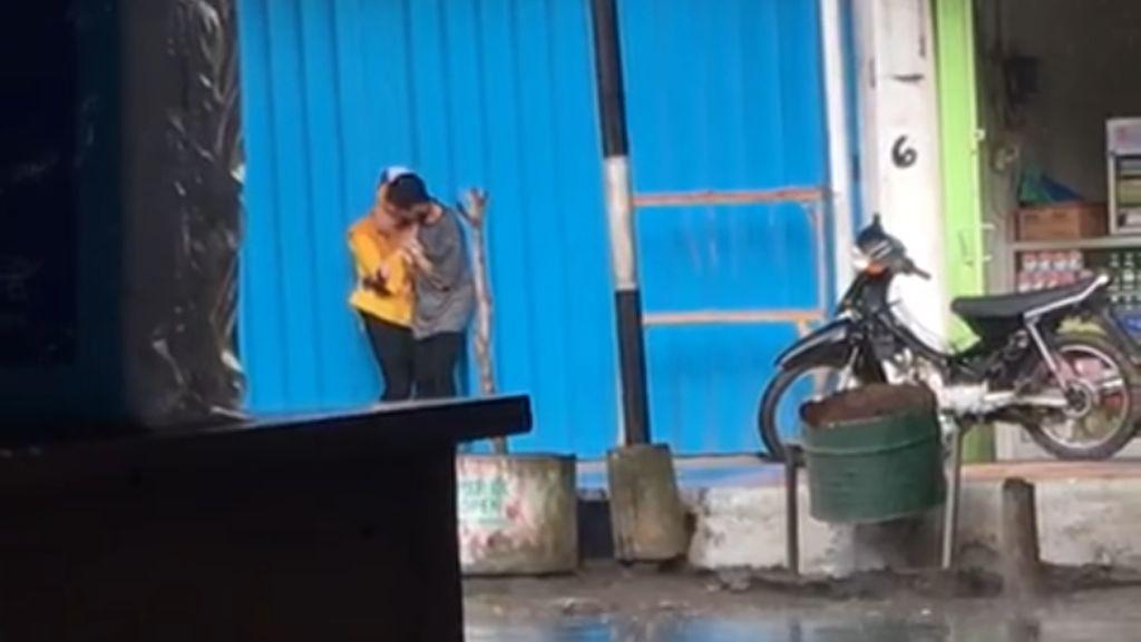 Hebohnya Video ABG Ciuman di Tempat Umum yang Jadi Viral di Banyuwangi