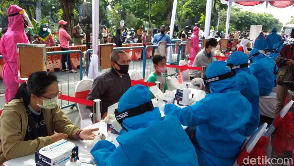 Ratusan Warga Surabaya Ikuti Swab dan Rapid Test Massal di Siola
