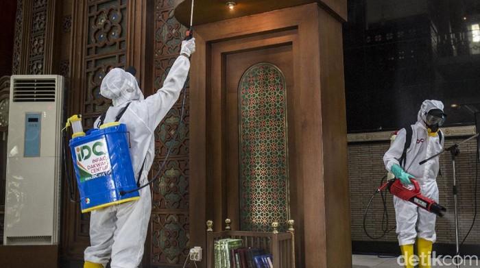 Operasi disinfeksi Corona langsung digelar di Masjid Al Barkah, Bekasi, usai digelarnya salat Jumat. Penyemprotan disinfektan dilakukan disetiap sudut masjid.