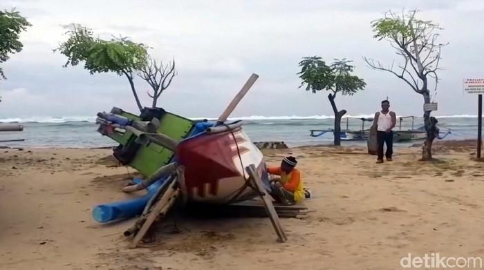 Perahu nelayan di Sukabumi rusak tersapu gelombang tinggi yang terjadi dalam satu pekan terakhir.