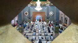 Mulai Relaksasi, Masjid di Cirebon Gelar Salat Jumat Berjamaah