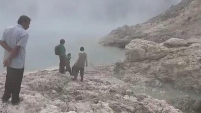 Seorang penambang belerang di Kawah Ijen hilang. Ia diduga tercebur ke danau kawah saat terjadi fenomena alam seperti gelombang.
