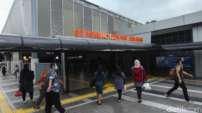 Stasiun Tanah Abang, Jakarta, kini berbenah. Wajah barunya pun terlihat lebih kece dengan tujuan memberikan rasa aman kepada warga.