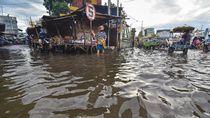 Banjir Rendam Pasar Kebon Roek Mataram