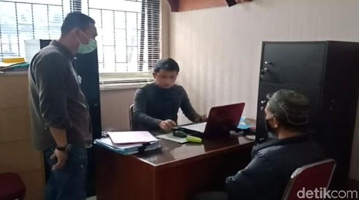 Pemilik akun @IntelBuahbuahan yang diduga sebar hoaks soa Presiden Jokowi tengah diperiksa polisi di Mapolres Cianjur.