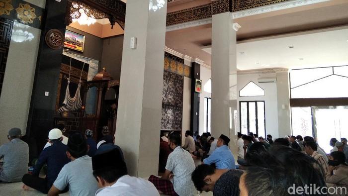 Salat Jumat di Masjid Jabal Rahmah di kompleks Bumi Permata Hijau, Makassar.