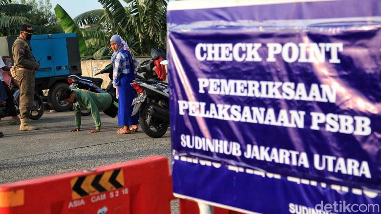 Ada sanksi yang menanti bagi pengendara yang tak pakai masker dan tak punya SIKM saat berkendara. Sanksinya pun beragam mulai dari push up hingga sapu jalanan.