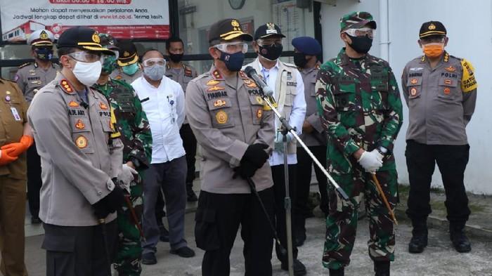 Kapolda Banten Irjen Fiandar dan Wabup Tangerang Mad Romli pantau kesiapan warga terkait penerapan new normal