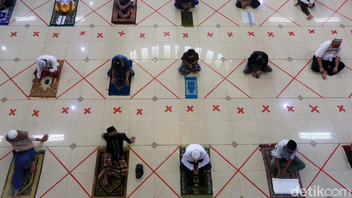 Salat Jumat berjemaah digelar di Masjid Agung Al Barkah, Kota Bekasi. Begini potret salat Jumat yang digelar dengan physical distancing.