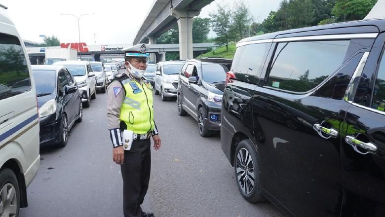 Polisi periksa kendaraan menuju ke Jakarta di Tol Japek.