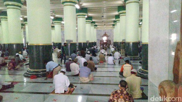Suasana salat Jumat di Masjid Agung Kauman Semarang, Jumat (29/5/2020).