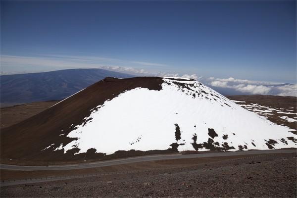 Bentuk berikutnya adalah gunung api perisai seperti Gunung Mauna Kea di Hawaii ini. Bentuknya lebih landai karena memiliki tipe letusan efusif dimana lelehan lava encer akan keluar dan mengeras. (Foto: Getty Images/iStockphoto/muchemistry)