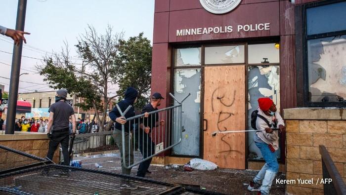Warga yang marah atas kematian George Floyd merusak kantor polisi Minneasota (AFP Photo)