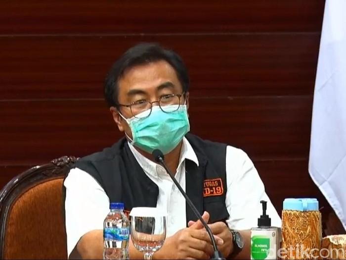Ketua Gugus Kuratif Percepatan Penanganan COVID-19 Jatim, dr Joni Wahyuhadi merespons tuduhan Wali Kota Surabaya Tri Rismaharini. Yakni terkait sabotase bantuan mobil lab PCR.