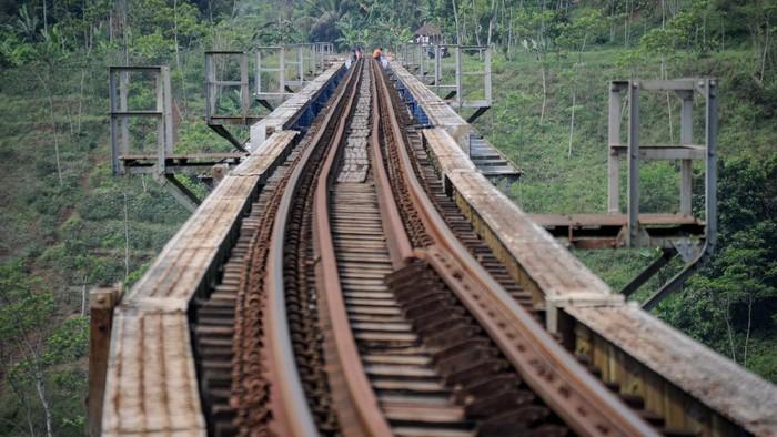 Suasana Jembatan Kereta Api Cikubang di Cipatat, Kabupaten Bandung Barat, Jawa Barat, Jumat (29/5/2020). Jembatan Cikubang yang memiliki panjang 300 meter tersebut merupakan jembatan kereta aktif terpanjang di Indonesia yang menghubungkan Bandung dengan Jakarta. ANTARA FOTO/Raisan Al Farisi/wsj.
