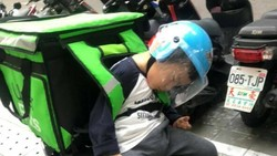 Viral Foto Haru Bocah 3 Tahun Ikut Ayahnya Kerja Antar Makanan