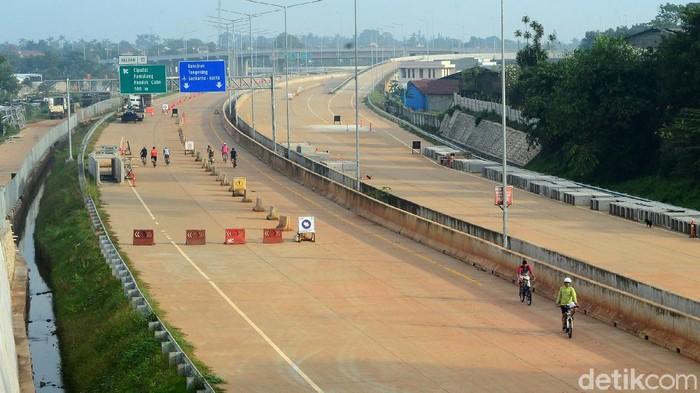 Warga melintas di proyek pembangunan jalan tol Serpong-Cinere di Pondok Cabe, Tangerang, Jumat (29/5/2020). Jalan Tol Serpong-Cinere memiliki total panjang 10,14 km, terdiri dari dua seksi, yakni Seksi 1 Serpong-Ciputat (6,59 Km) dan Seksi 2 Ciputat-Cinere (3,55 Km). Ruas Jalan Tol Serpong-Cinere akan melintasi wilayah Serpong (Jombang), Serua, Ciputat, Pamulang, dan Pondok Cabe/Cinere.