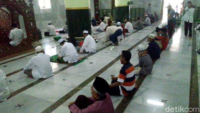 Masjid Agung Kauman Semarang kembali menggelar salat Jumat. Pelaksanaan salat Jumat tersebut dengan menerapkan protokol kesehatan yang ketat.