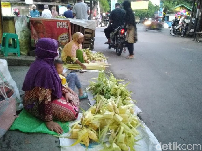 Suasana penjual janur ketupat di Pasar Pedurungan, Semarang, Sabtu (30/5/2020).