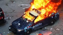 Deretan Mobil Polisi yang Dibakar Massa setelah Kematian George Floyd