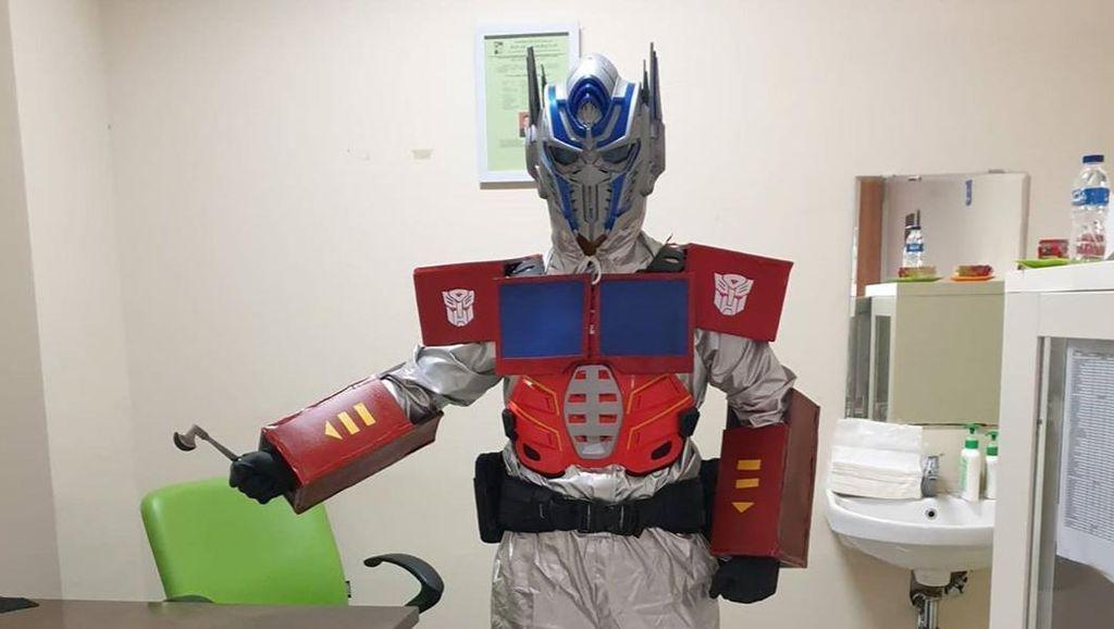 Potret Dokter Superhero dari Bogor, Rawat Pasien Pakai APD Unik