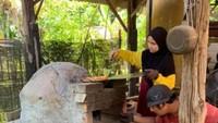 Keluarga Ini Viral Karena Jualan Pizza Murah Pakai Tungku Batu Bata