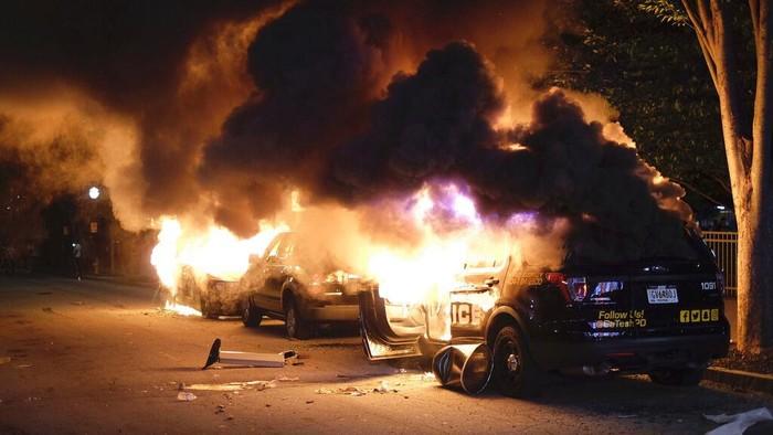 Tewasnya George Floyd di tangan polisi memicu kerusuhan besar di kota Minneapolis, Amerika Serikat. Warga marah sembari membakar mobil polisi.