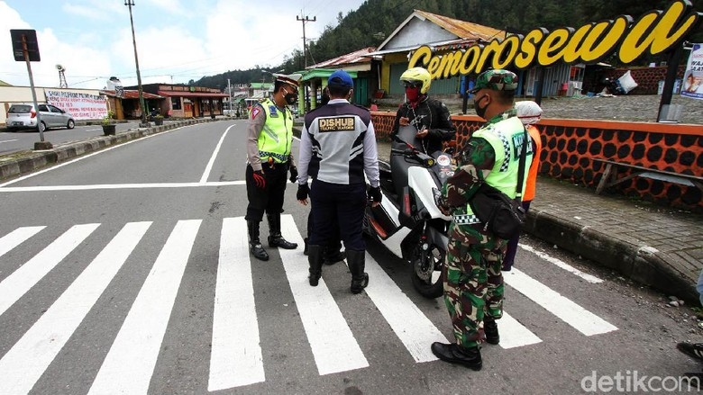 Personel gabungan melakukan penyekatan kendaraan yang memasuki Jawa Timur. Penyekatan itu untuk menghadang pemudik kembali ke daerah asalnya.