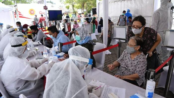 Badan Intelijen Negara (BIN) kembali menggelar rapid dan swab test massal COVID-19. Kali ini, kegiatan digelar di Kawasan Bisnis CBD Ciledug, Jalan HOS Cokroaminoto RT 001, RW 001, Karang Tengah, Kota Tangerang, Sabtu (30/5).