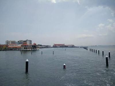 Potret Birunya Laut Penang