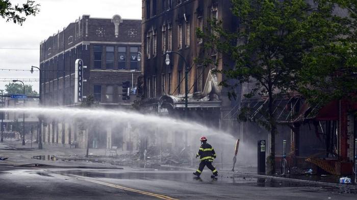 Warga yang marah atas tewasnya George Floyd di tangan polisi melakukan aksi bakar mobil hingga menjarah toko. Berikut kerusakan akibat kerusuhan tersebut.