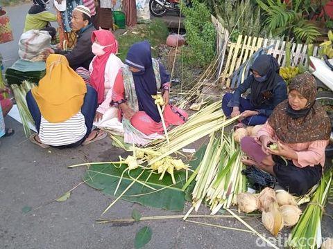 Suasana penjual janur ketupat di Pasar Bangetayu, Semarang, Sabtu (30/5/2020).