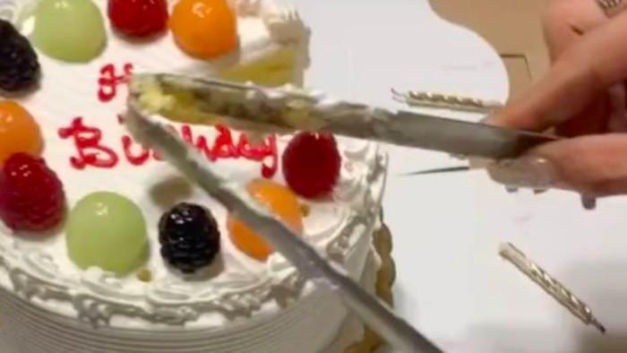 Cara potong kue ulang tahun pakai penjepit makanan
